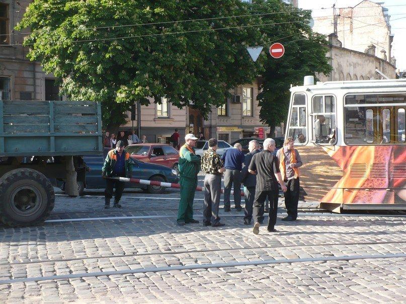 У Львові трамвай зламав собі «роги» (ФОТО), фото-3