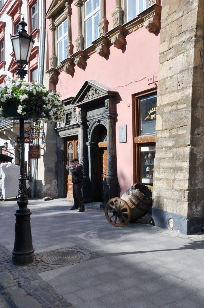 У Львові привселюдно викинули на вулицю бізнесмена з офісу, який він не бажав звільняти три роки (ФОТО), фото-2