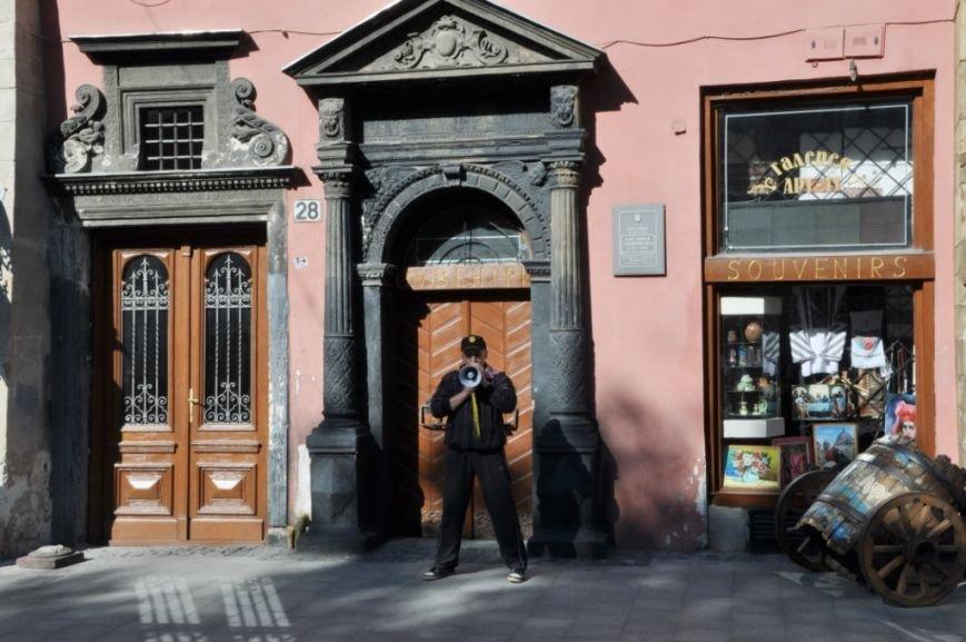 У Львові привселюдно викинули на вулицю бізнесмена з офісу, який він не бажав звільняти три роки (ФОТО), фото-1