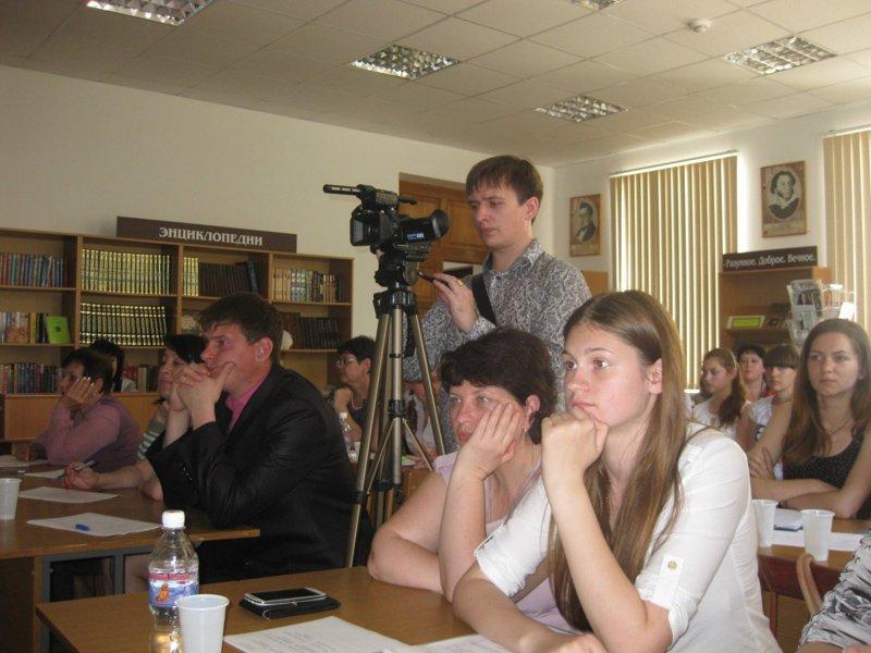 1.Члены жюри и участники конкурса внимательно слушают выступающих