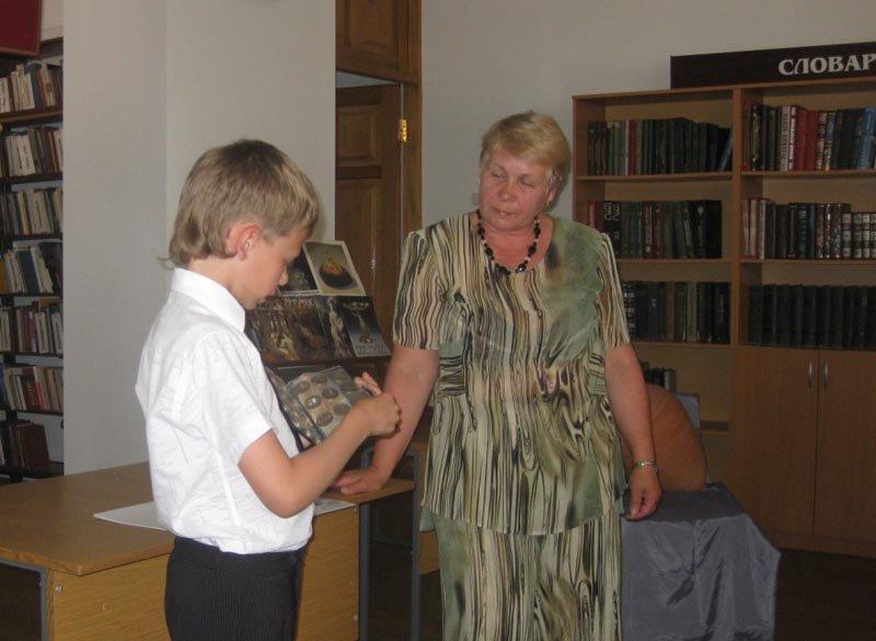 2.Карагезян Арутюн, 3 класс СШ 7, вместе со своей бабушкой демонтрируют семейную нумизматическую коллекуию