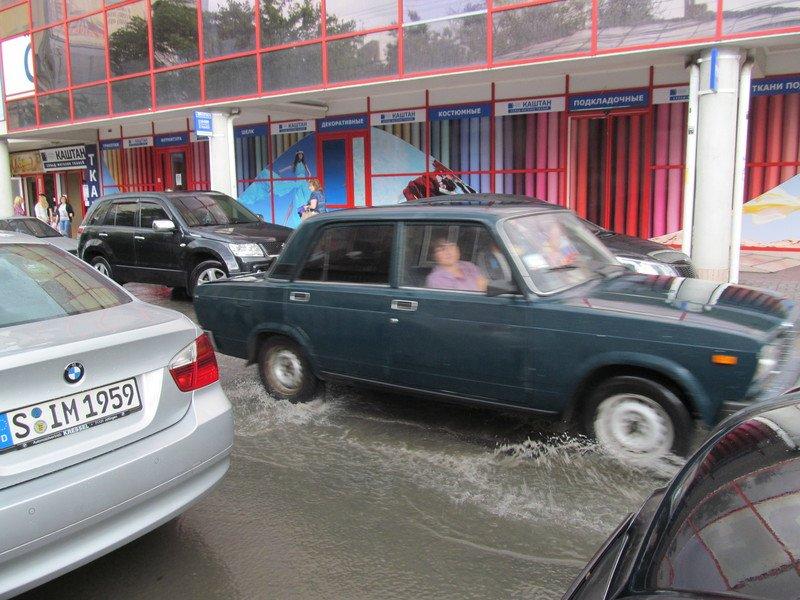 На Симферополь обрушилась непогода: город заливает дождем и засыпает крупным градом (+ФОТО, ВИДЕО), фото-5