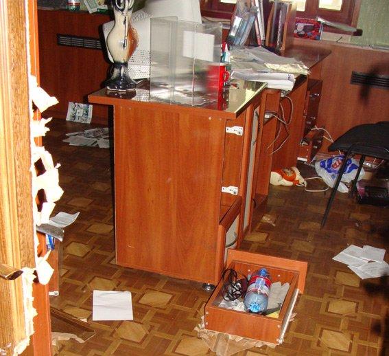 В Днепропетровской области неизвестные под видом «Правого сектора» заблокировав горотдел милиции устроили погром, фото-1
