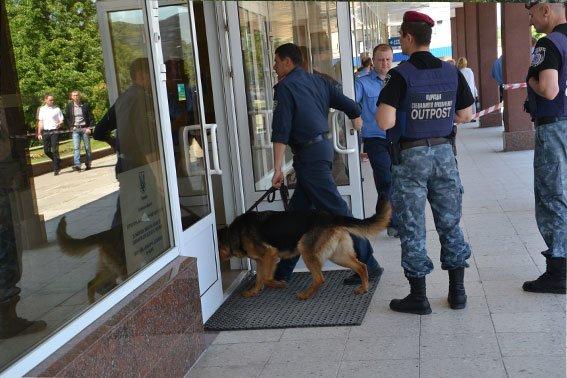 У Львівському інституті банківської справи шукають вибухівку, яку підклав студент (ФОТО), фото-1