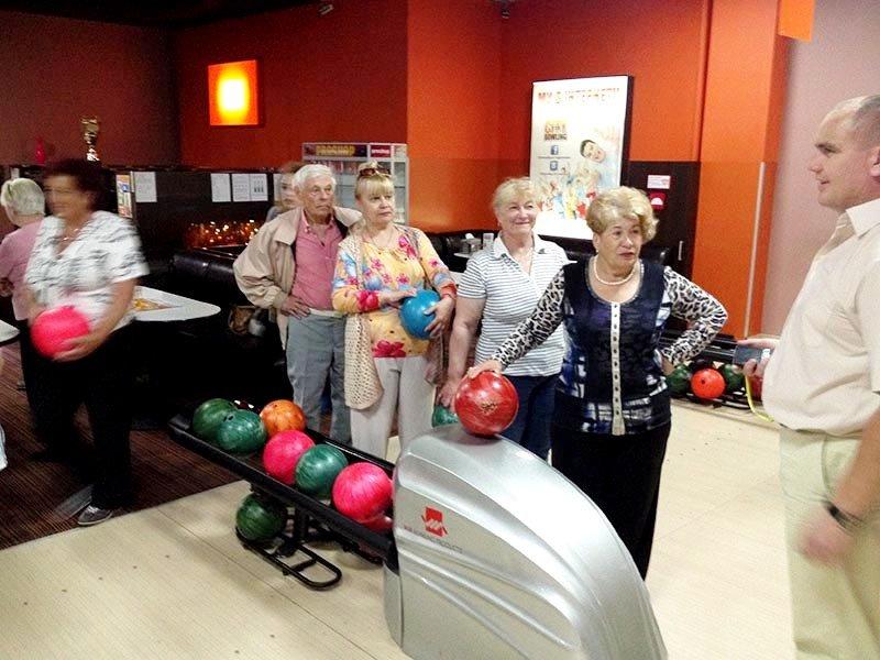 У Львові пенсіонери показали, як треба грати у боулінг (фоторепортаж), фото-4