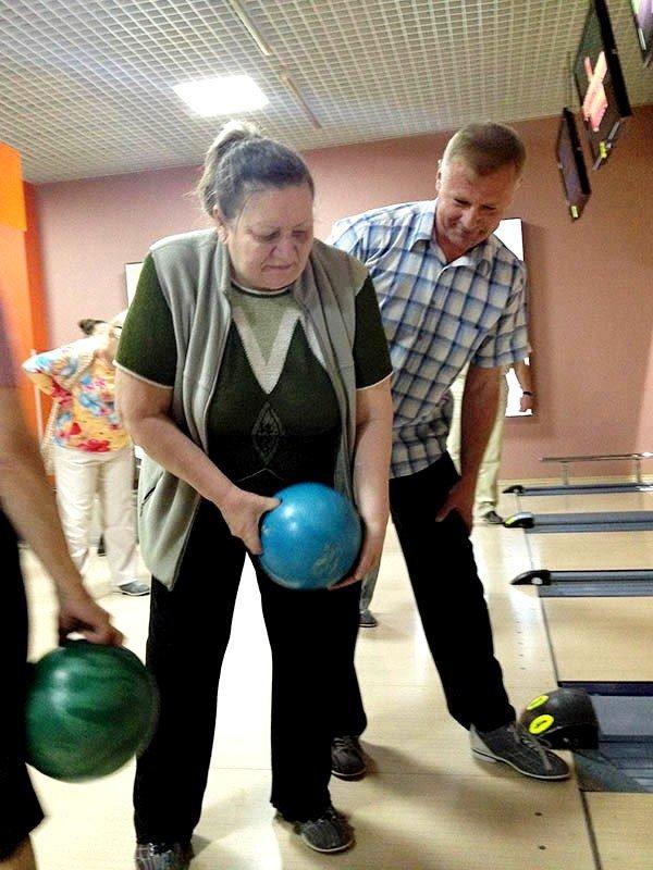У Львові пенсіонери показали, як треба грати у боулінг (фоторепортаж), фото-1