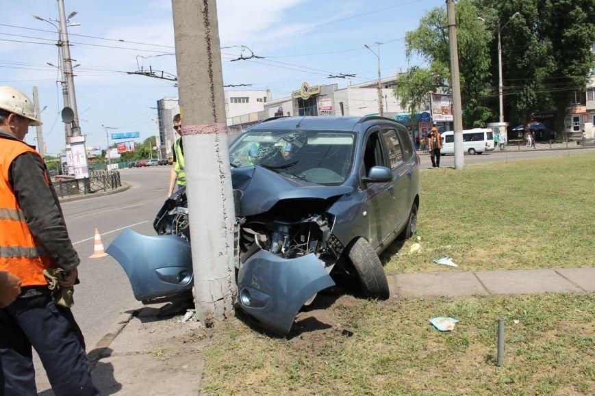В Кривом Роге  «Renault Lodgy»  вылетел на кольцо 95 квартала (ФОТО), фото-2