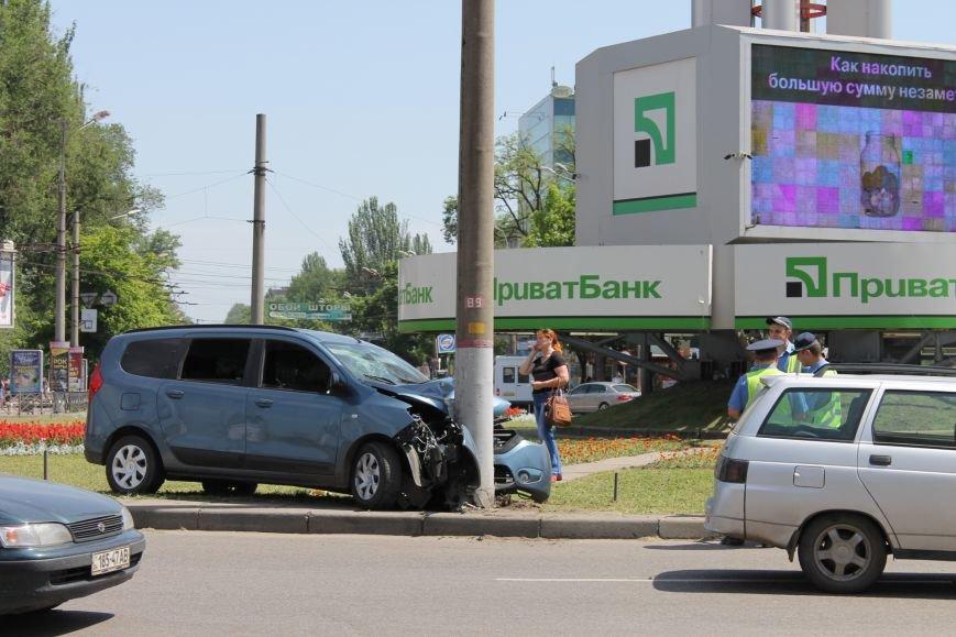 В Кривом Роге  «Renault Lodgy»  вылетел на кольцо 95 квартала (ФОТО), фото-1