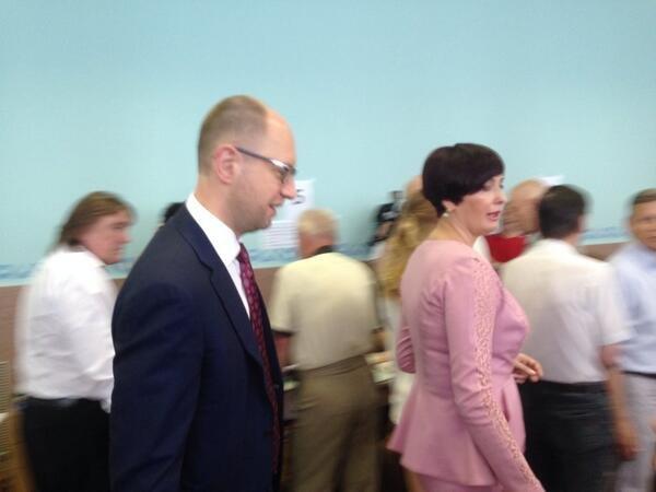 Яценюк відстояв величезну чергу, аби проголосувати (ФОТО), фото-3