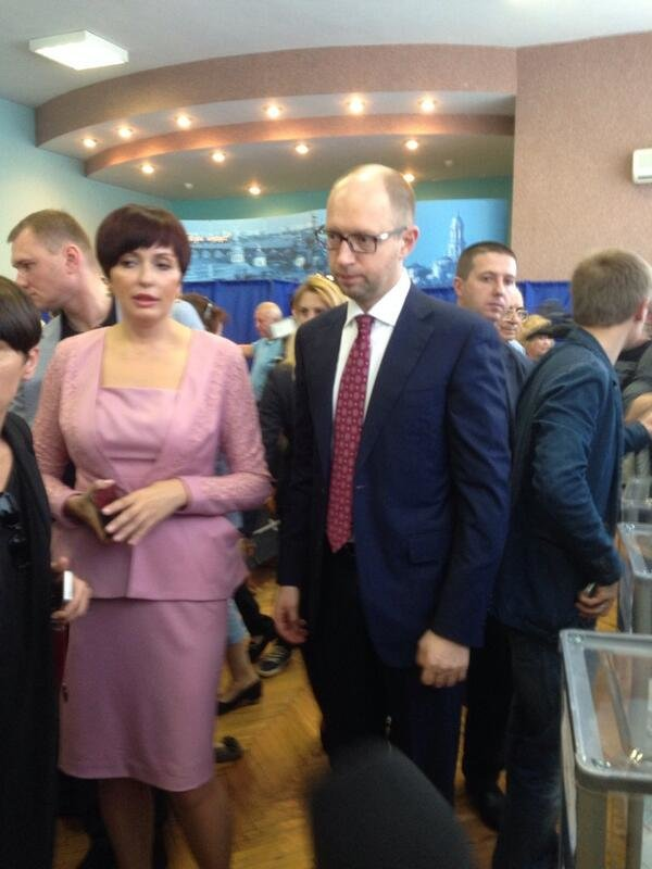 Яценюк відстояв величезну чергу, аби проголосувати (ФОТО), фото-2