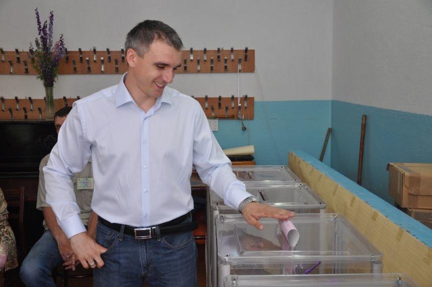 Кандидат в мэры Николаева Сенкевич проголосовал, простояв полчаса в очереди (ФОТО), фото-2