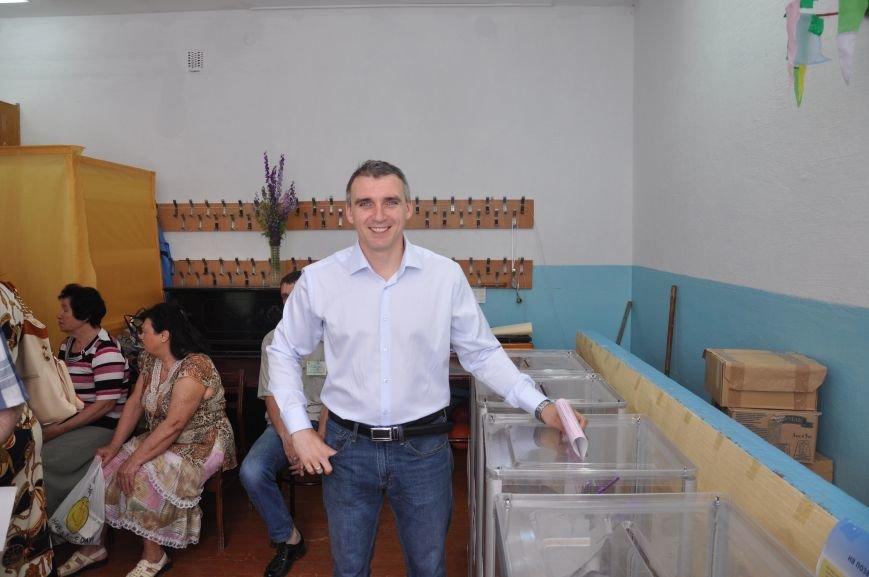 Кандидат в мэры Николаева Сенкевич проголосовал, простояв полчаса в очереди (ФОТО), фото-1