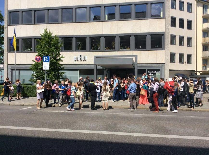 Мариупольцы в Мюнхене стояли в очереди 3 часа и пришли на выборы в вышиванках (ФОТО), фото-5