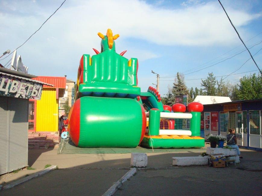 В Горловке люди не могут попасть на рынок из-за яркой коммерческой преграды, фото-4