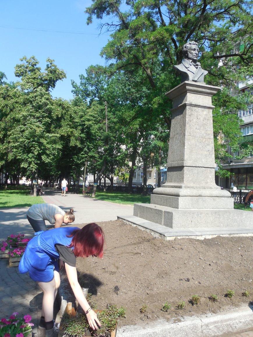 Харьковские студенты-флористы украсили памятник Пушкину (ФОТО), фото-5