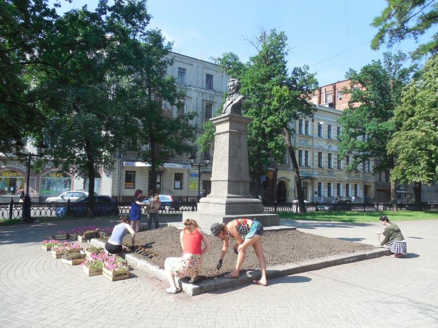 Харьковские студенты-флористы украсили памятник Пушкину (ФОТО), фото-1