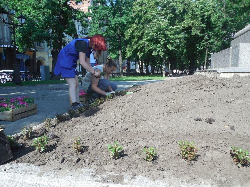Харьковские студенты-флористы украсили памятник Пушкину (ФОТО), фото-4