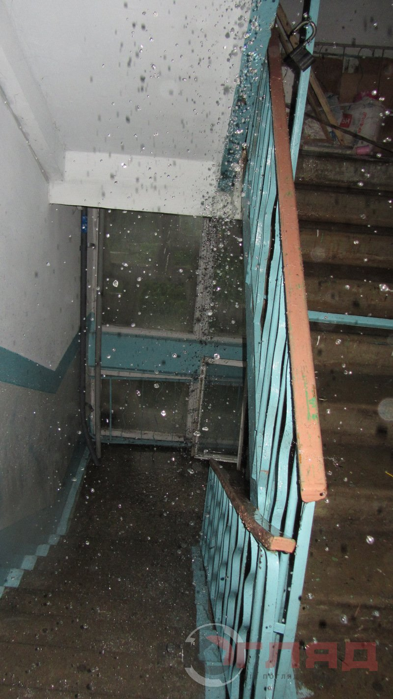 У Тернополі під час грози дощова вода лилася всередині під'їзду: від верхнього поверху, до нижнього (фото), фото-2