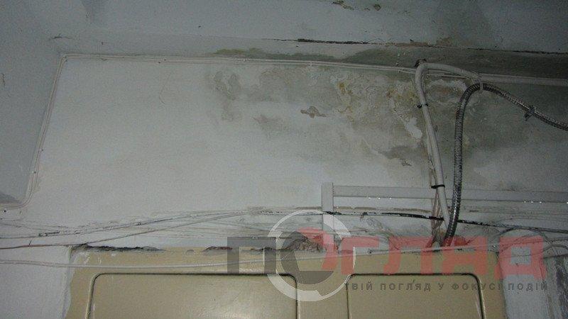 У Тернополі під час грози дощова вода лилася всередині під'їзду: від верхнього поверху, до нижнього (фото), фото-3