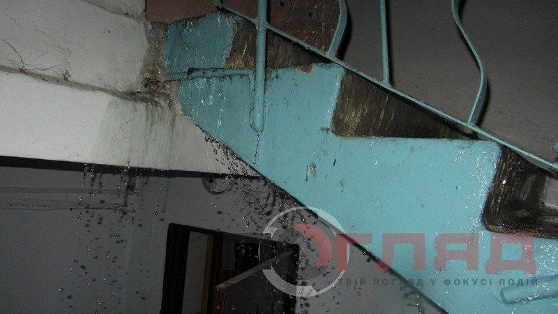У Тернополі під час грози дощова вода лилася всередині під'їзду: від верхнього поверху, до нижнього (фото), фото-1