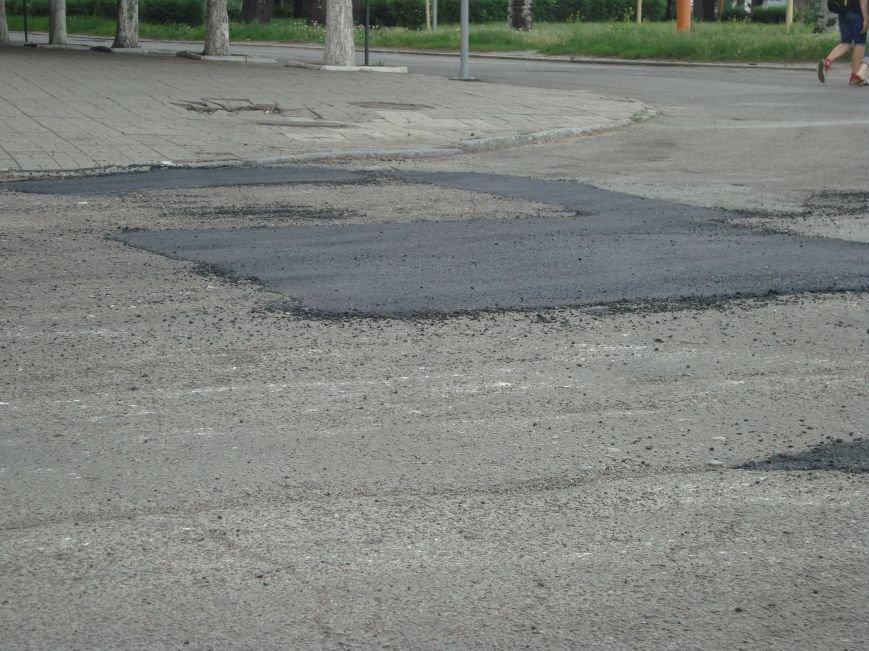 В центре Днепродзержинска латают дороги и сажают петунии, фото-1