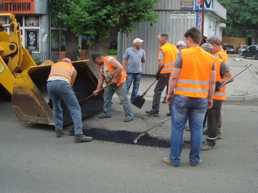 В центре Днепродзержинска латают дороги и сажают петунии, фото-3