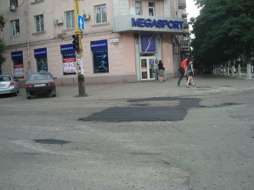 В центре Днепродзержинска латают дороги и сажают петунии, фото-2