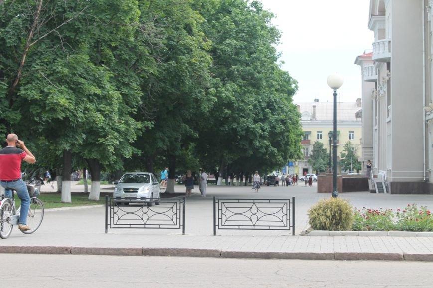 ФОТОФАКТ: возле артемовского Центра культуры и досуга ограждают пешеходную зону, фото-1