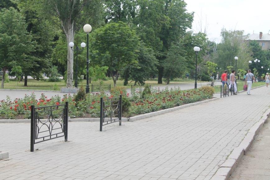 ФОТОФАКТ: возле артемовского Центра культуры и досуга ограждают пешеходную зону, фото-2