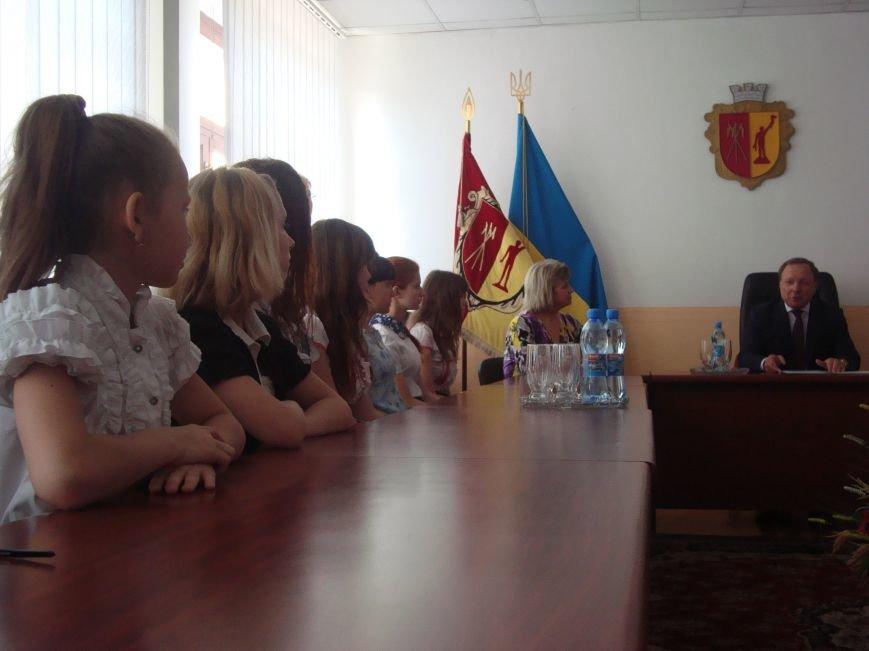 Власти Днепродзержинска вручили стипендии детям сиротам, фото-1