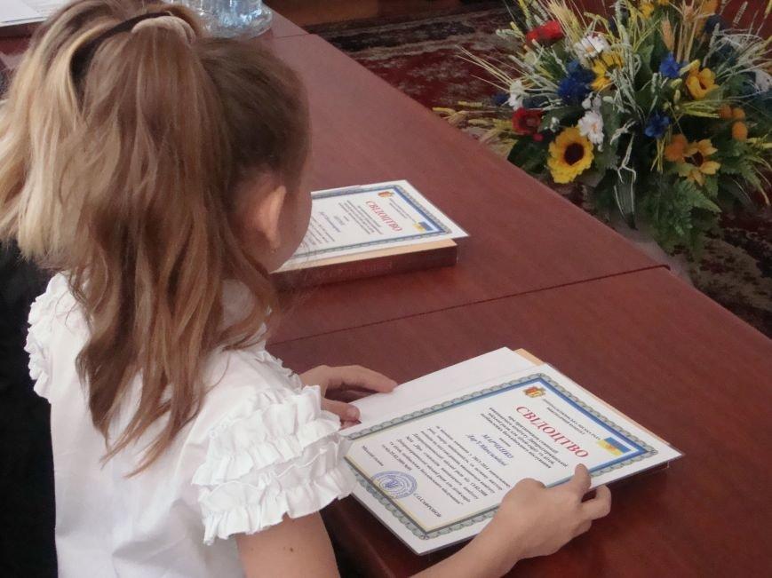 Власти Днепродзержинска вручили стипендии детям сиротам, фото-2