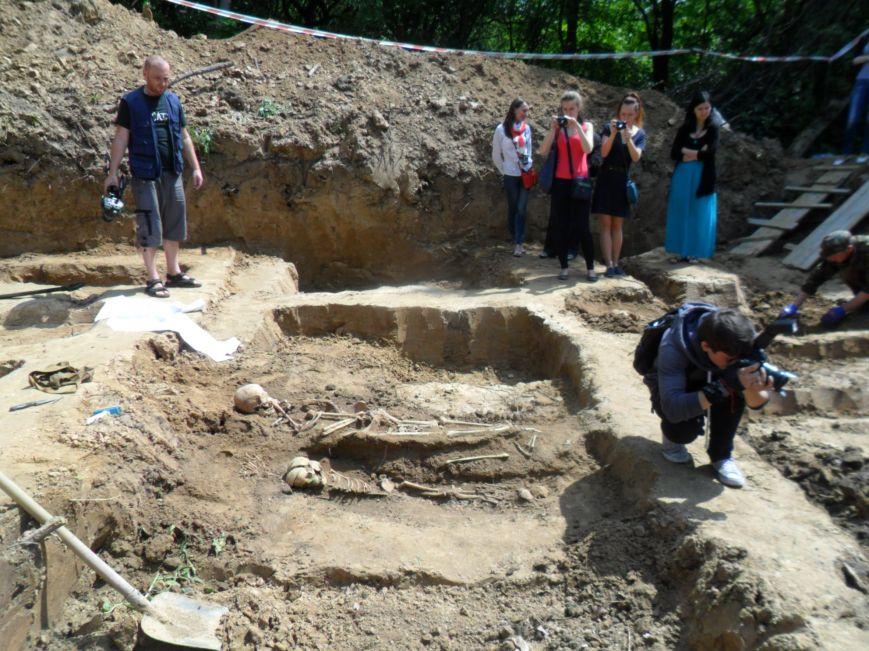 Останки малюків та жінок, яких вчора розкопали у Львові, поховають з усіма почестями (ФОТО), фото-1