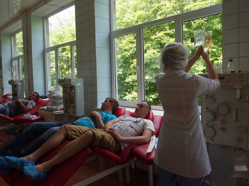 Днепродзержинские спасатели стали донорами крови для украинских  военных пострадавших в ходе АТО, фото-1