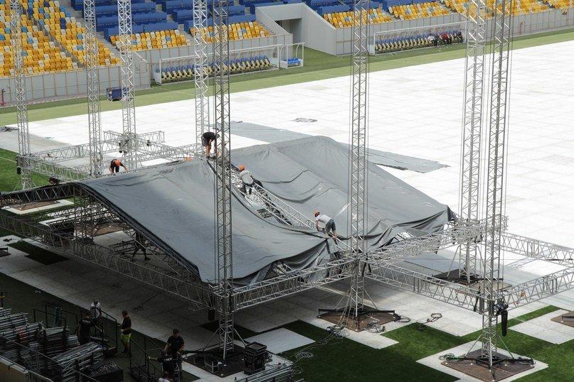 Попри трагічний випадок, на «Арені Львів» монтують сцену для концерту «Океан Ельзи» (ФОТО), фото-1