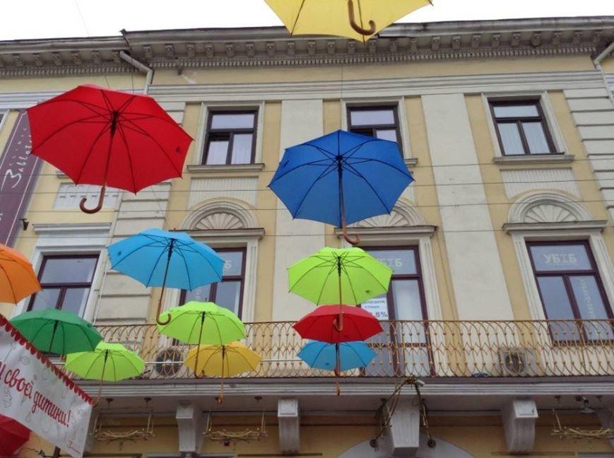 У центрі Львова парасольки «зависли» в повітрі  (ФОТО), фото-1