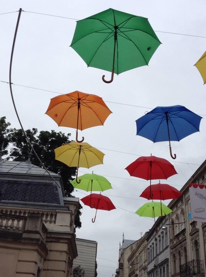 У центрі Львова парасольки «зависли» в повітрі  (ФОТО), фото-2