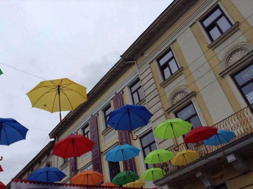 У центрі Львова парасольки «зависли» в повітрі  (ФОТО), фото-3