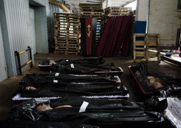 З'явилися шокуючі фото, як тіла вбитих терористів везуть із Донецька в Росію, фото-3