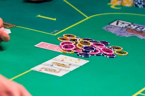 Карти гроші два ствола: під носом у львів'ян діяв покерний клуб  (ФОТО), фото-1