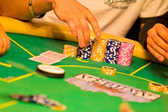 Карти гроші два ствола: під носом у львів'ян діяв покерний клуб  (ФОТО), фото-2