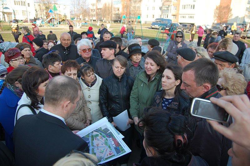 Жители поселка Разумное отстояли у местных властей детскую площадку, фото-2