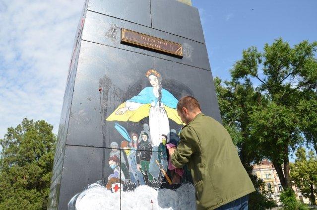 В Полтаве памятник Небесной сотне измазали клубникой, фото-1