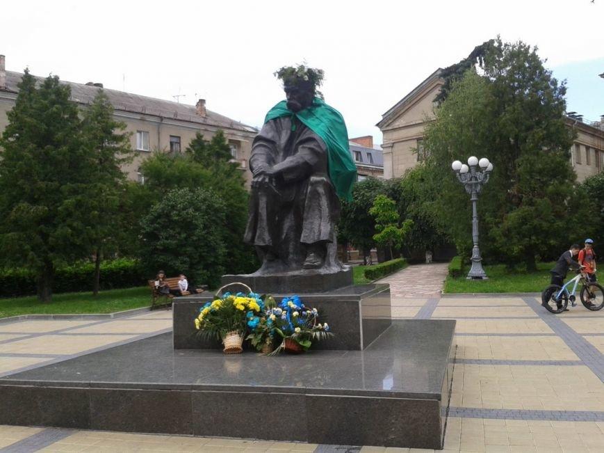 У Тернополі пам'ятники українських поетів прикрасили мантіями, а російського - голубами (фото), фото-2