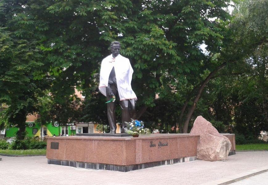 У Тернополі пам'ятники українських поетів прикрасили мантіями, а російського - голубами (фото), фото-1