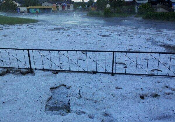 Сьогодні зранку містечко на Тернопільщині накрив сильний град: на городах кірка з льоду (фото), фото-1
