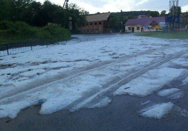 Сьогодні зранку містечко на Тернопільщині накрив сильний град: на городах кірка з льоду (фото), фото-2