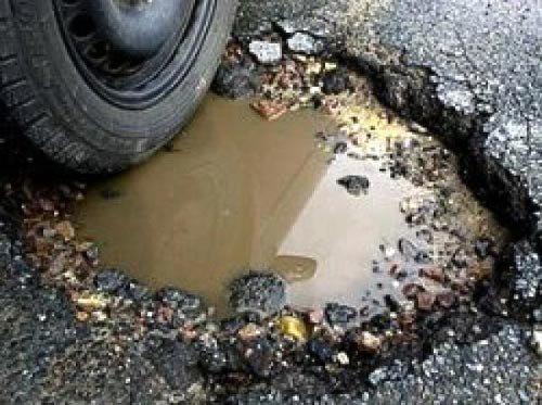 """Тернополянин на авто «влетів» у величезну яму і """"залишив"""" у ній колеса, фото-1"""