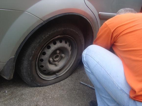 """Тернополянин на авто «влетів» у величезну яму і """"залишив"""" у ній колеса, фото-2"""