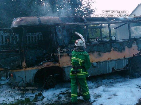 На Тернопільщині з невідомих причин згорів автобус (фото), фото-1
