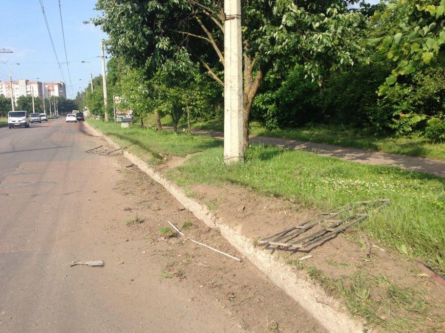 У Тернополі п'яний водій зніс огорожу навпроти зупинки (фото), фото-1